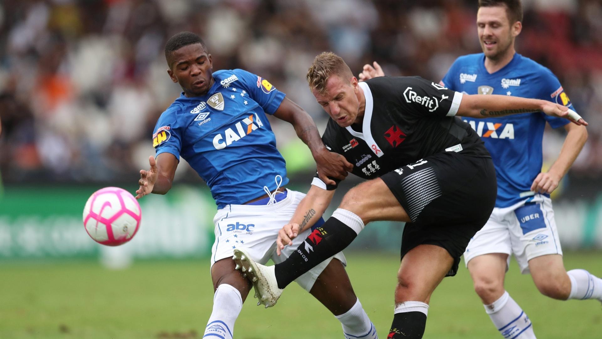 Maxi López tenta chute durante Vasco x Cruzeiro no Campeonato Brasileiro