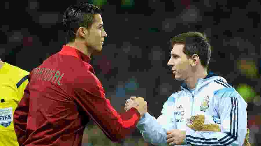 Cristiano Ronaldo e Lionel Messi se cumprimentam antes de jogo em 2014 - David Rawcliffe/Anadolu Agency/Getty Images