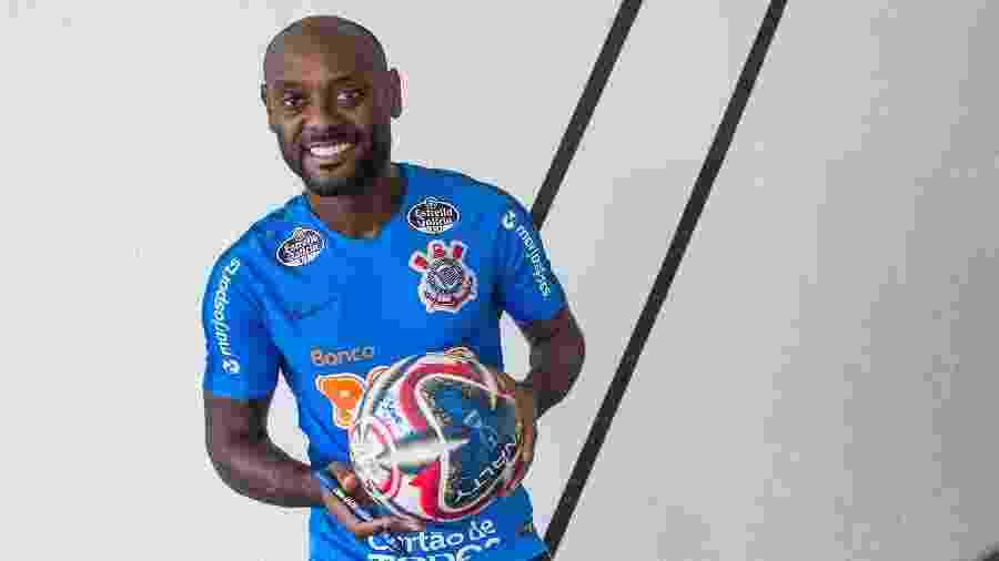 Autor do gol do título paulista, Vagner Love é um dos corintianos que autografaram a bola - Rodrigo Gazzanel/Corinthians