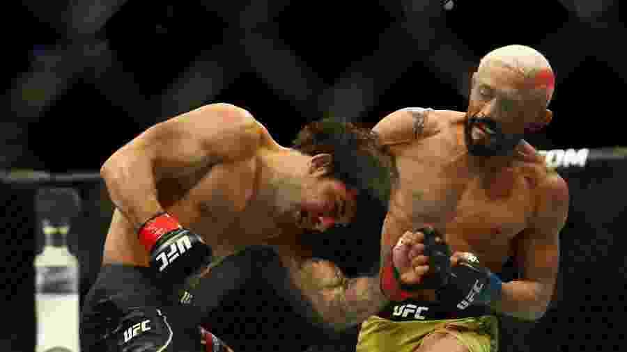 Deiveson Figueiredo (dir) aplica golpe em Alexandre Pantoja (esq) durante UFC 240 - Sergei Belski-USA TODAY Sports