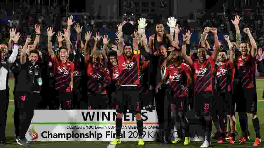 Lucho Gonzales levanta a taça conquistada pelo Athletico Paranaense na Copa Levain -  Masashi Hara/Getty Images