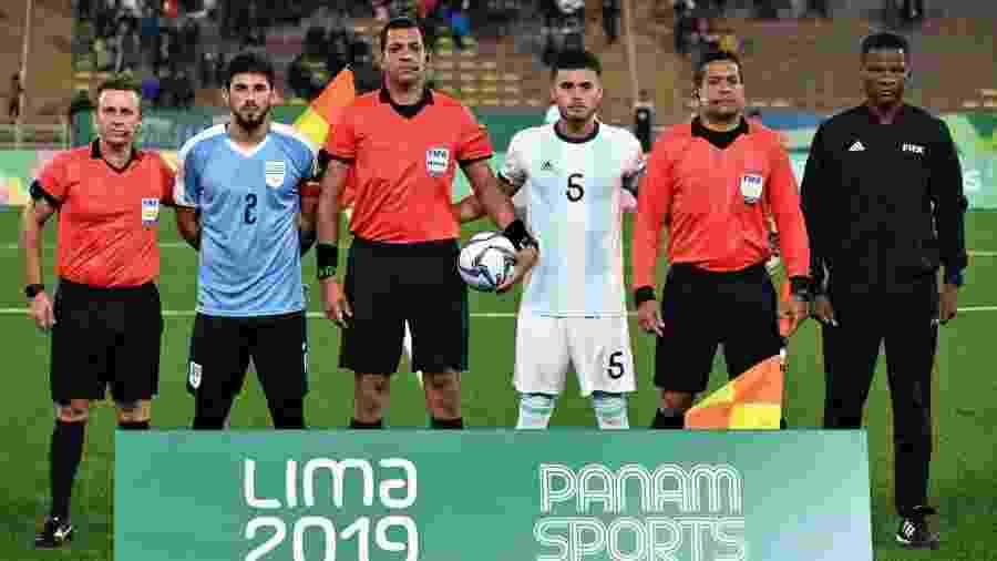 Zagueiro de 19 anos é capitão da seleção do Uruguai no Pan 2019 e atuou improvisado como lateral-direito - Divulgação/@Uruguay