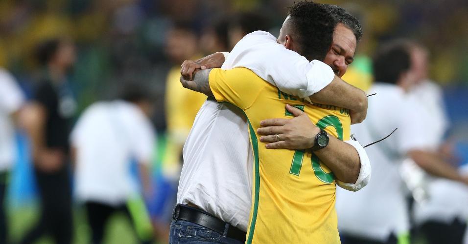 Rogério Micale abraça Neymar após a conquista do ouro olímpico
