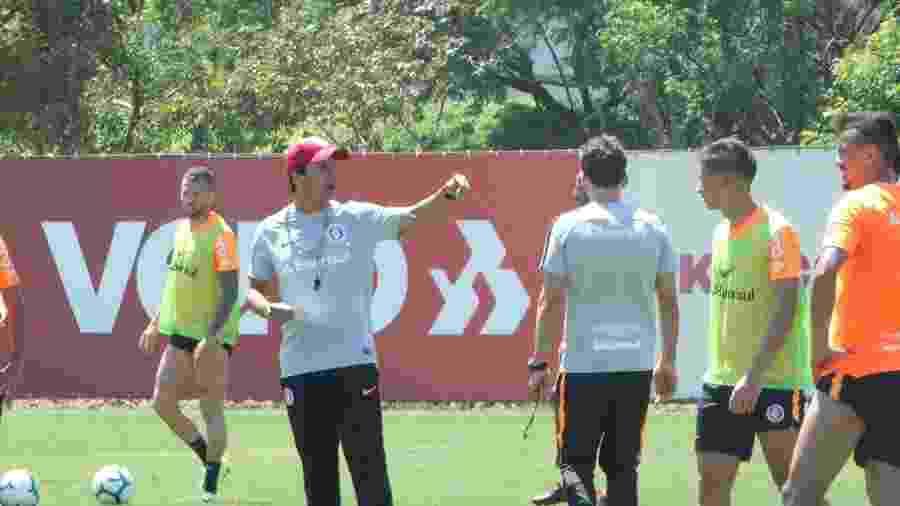 Nico López (atrás) perdeu vaga no time titular no primeiro treino de Zé Ricardo - Marinho Saldanha/UOL