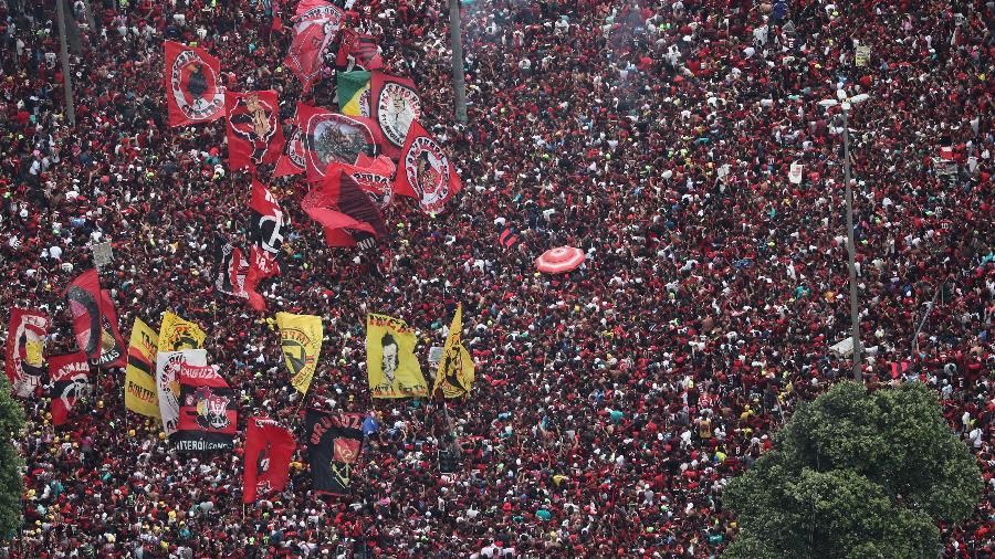 Centro do Rio de Janeiro fica lotado de torcedores do Flamengo após o clube, campeão da Libertadores, chegar à cidade - SERGIO MORAES / REUTERS