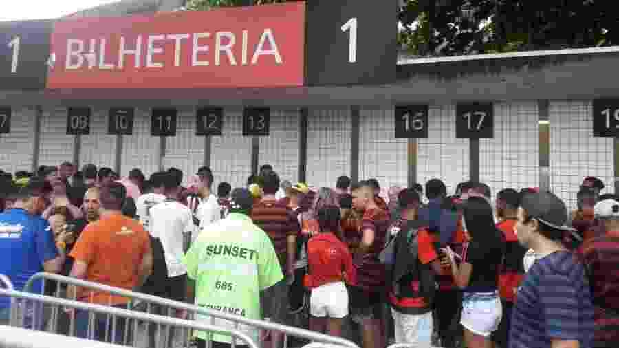 Torcedores do Flamengo em busca de ingresso para a estreia do time no Carioca - Alexandre Araújo / UOL