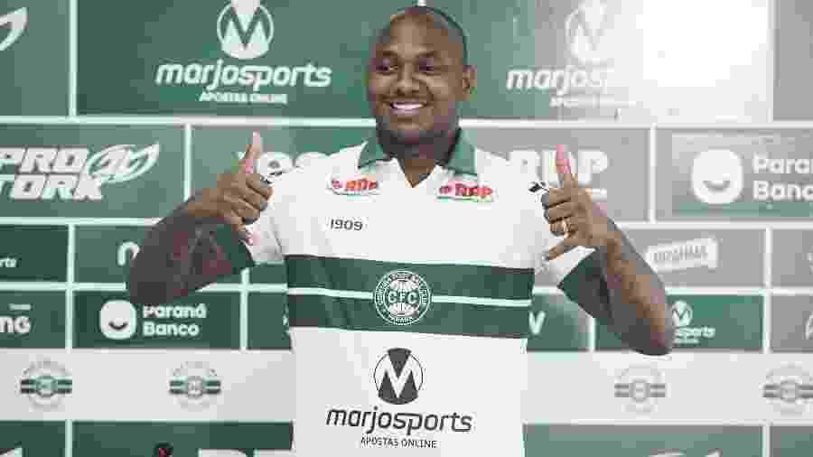 Sassá em apresentação oficial no Coritiba; jogador foi emprestado ao clube pelo Cruzeiro - Divulgação/Coritiba