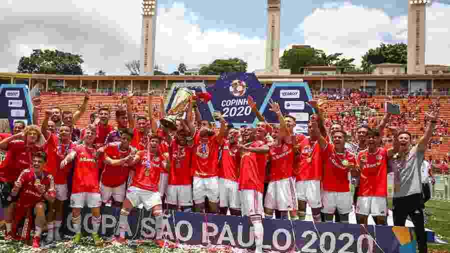 Jogadores do Internacional comemoram título durante cerimonia de premiação da Copa São Paulo - Marcello Zambrana/AGIF