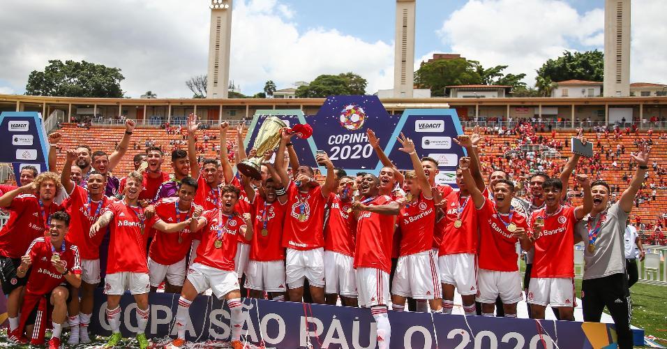 Jogadores do Internacional comemoram título durante cerimonia de premiação da Copa São Paulo
