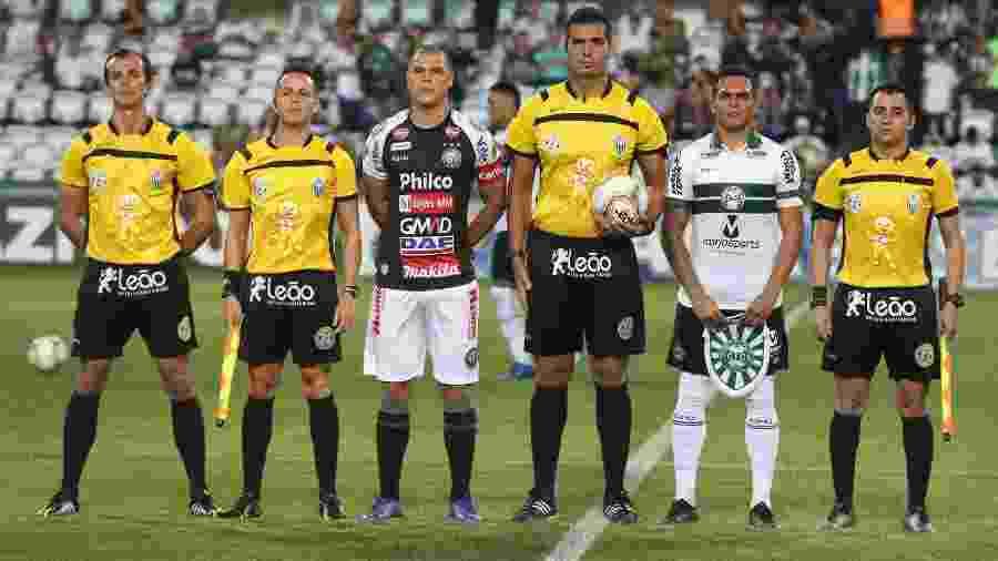 Capitães de Coritiba e Operário posam com equipe de arbitragem antes de jogo do Paranaense - Divulgação/Coritiba