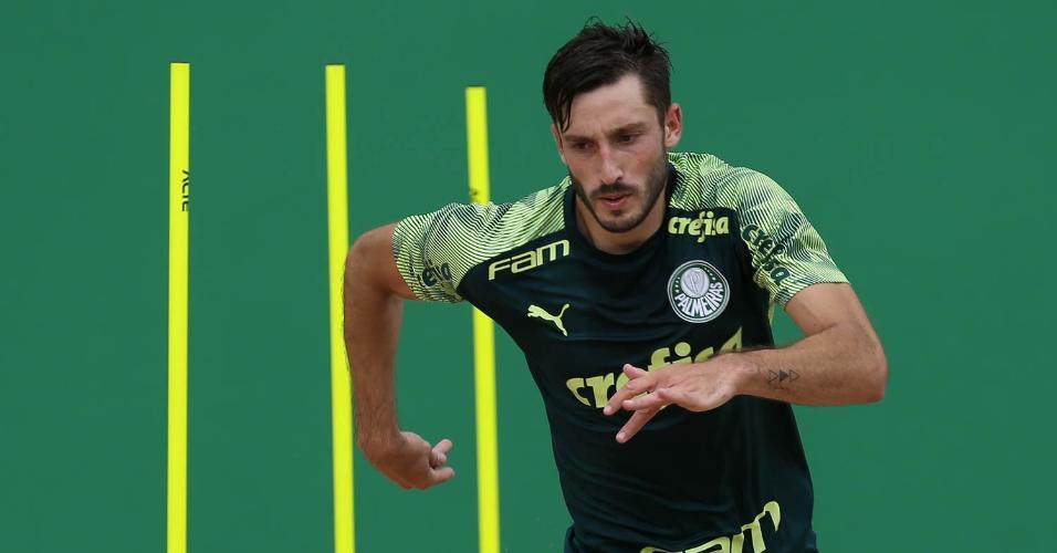 Matías Viña treina na caixa de areia da Academia de Futebol do Palmeiras