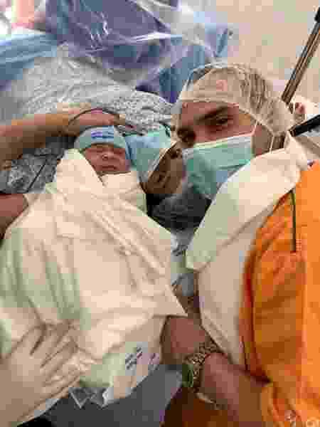 Arthur Zanetti com o filho Liam e a esposa Jéssica - Reprodução/Facebook