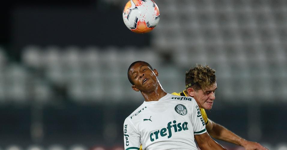 Danilo e Bautista Merlini disputam bola no alto na partida entre Guarani x Palmeiras, pela Libertadores