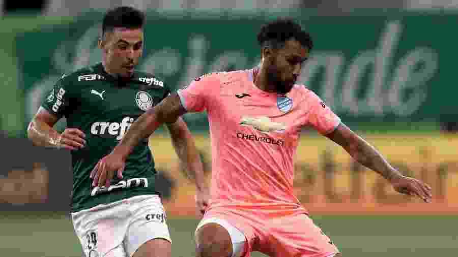 Willian aperta marcação em adversário durante Palmeiras x Bolívar - Amanda Perobelli - Pool/2020 Pool)