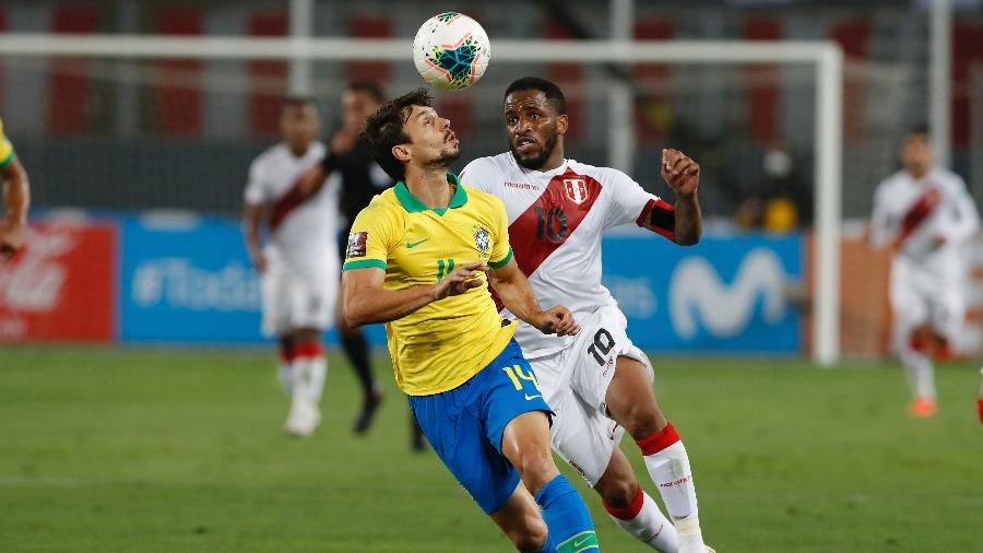 Rodrigo Caio e Farfan, durante a partida entre Brasil e Peru, pelas Eliminatórias - Pool/Getty Images
