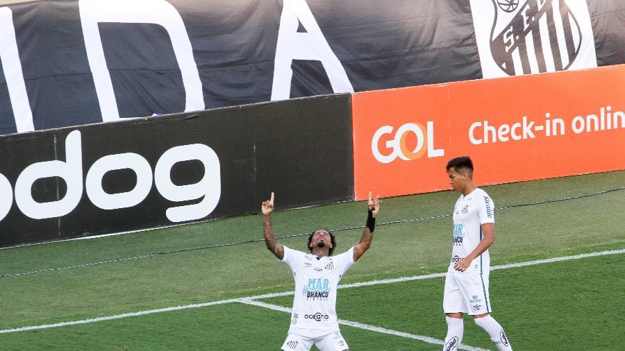 Marinho, jogador do Santos, comemora gol contra o Sport, em partida válida pelo campeonato Brasileiro - Fernanda Luz/AGIF