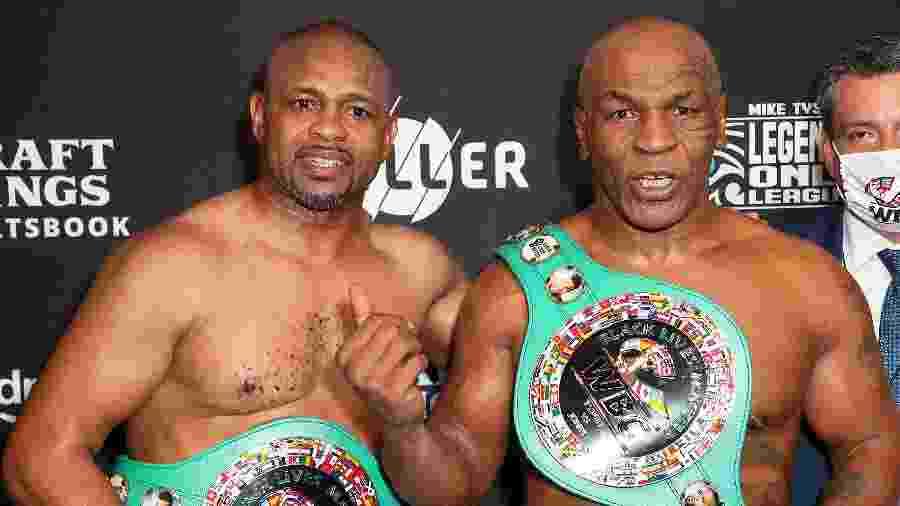 Roy Jones Jr e Mike Tyson com cinturões após luta em Los Angeles - Joe Scarnici/Getty Images for Triller