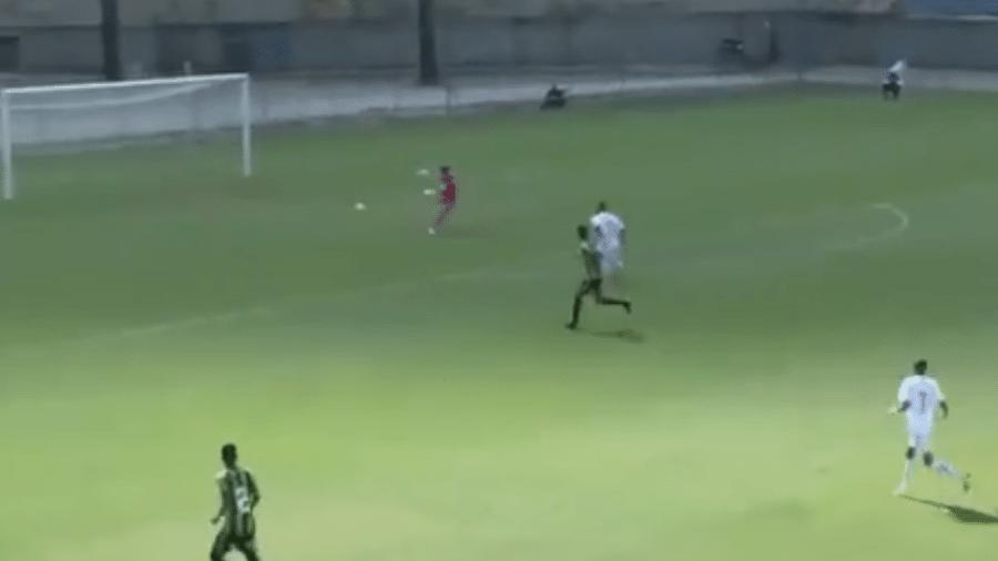 Goleiro do América-MG furou a bola após seguidos recuos dos jogadores de sua equipe - Reprodução