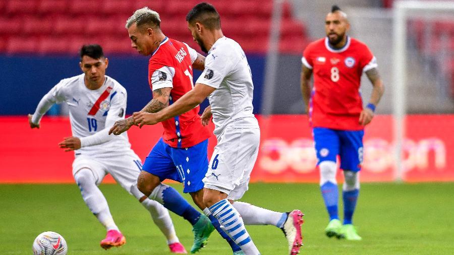 Vargas tenta jogada marcado por paraguaios em partida do Chile pela Copa América - Mateus Bonomi/AGIF
