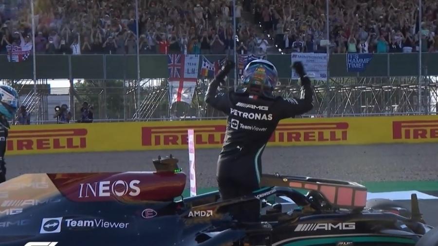 Hamilton comemora com a torcida inglesa o primeiro lugar na classificação em Silverstone  - Reprodução