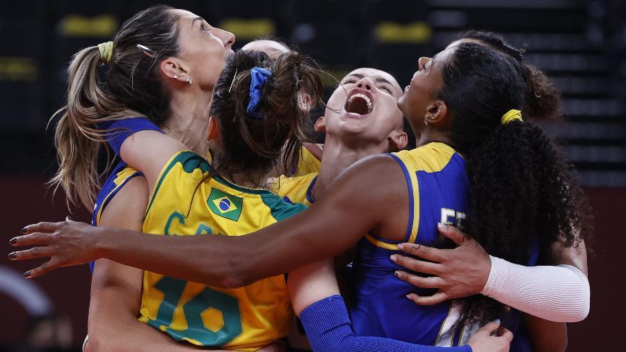 Jogadoras do Brasil comemoram ponto durante jogo contra a Sérvia - Valentyn Ogirenko/Reuters