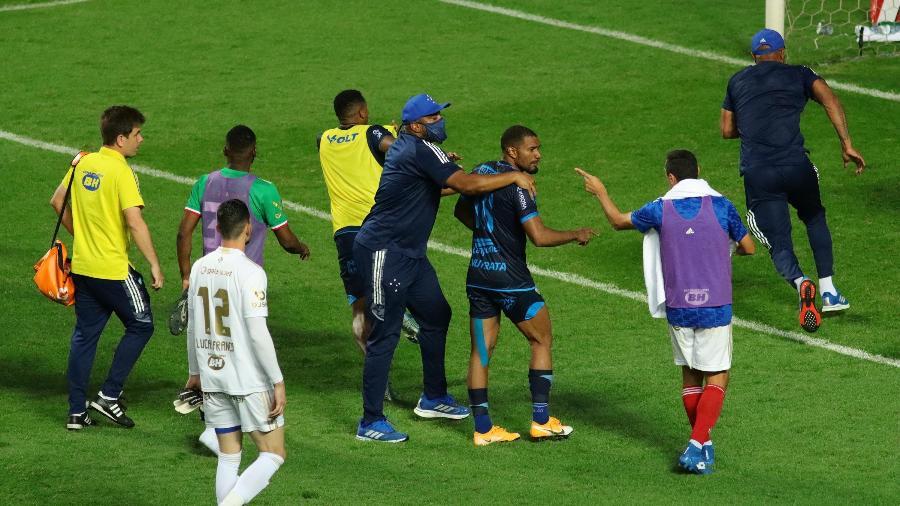 Jogadores de Cruzeiro e CSA bateram boca e trocaram empurrões depois da derrota do time mineiro, na Arena Independência, pela Série B - VIVIANE MOREIRA/ESTADÃO CONTEÚDO