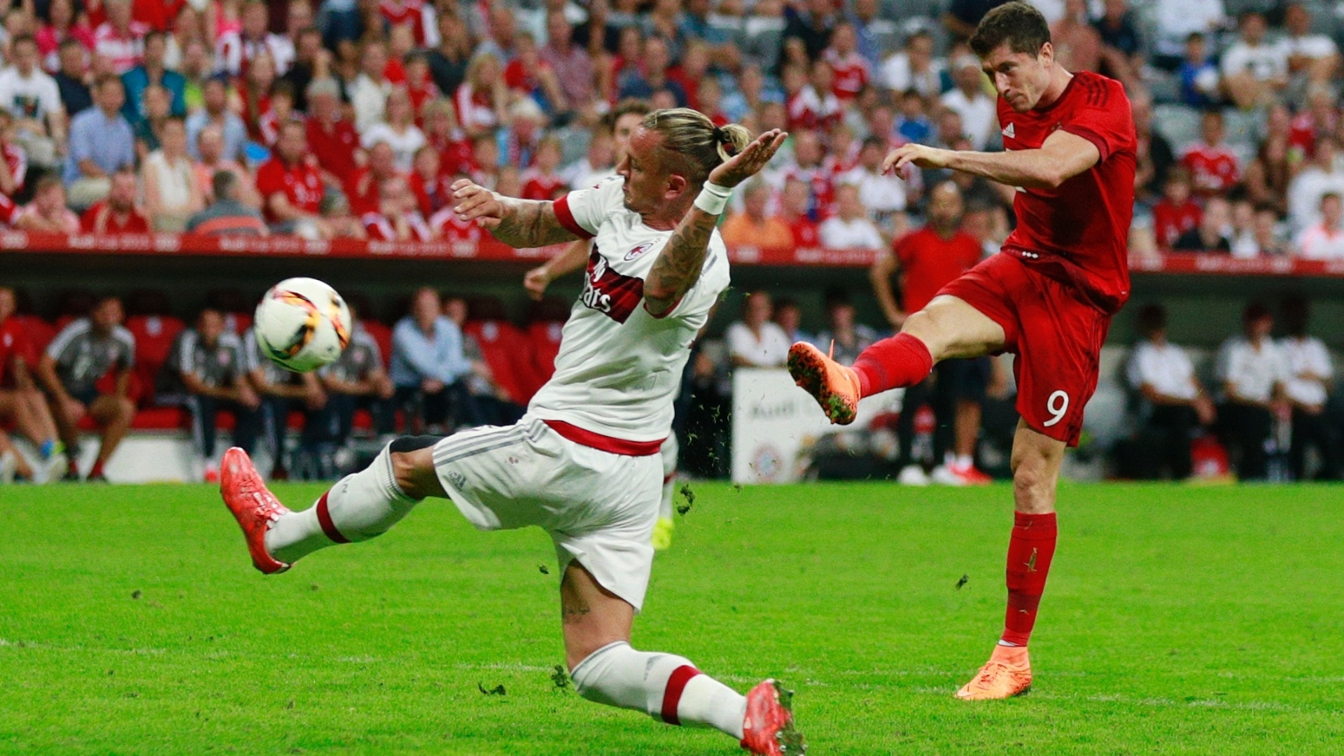 Lewandowski solta a bomba para fazer o terceiro gol do Bayern sobre o Milan