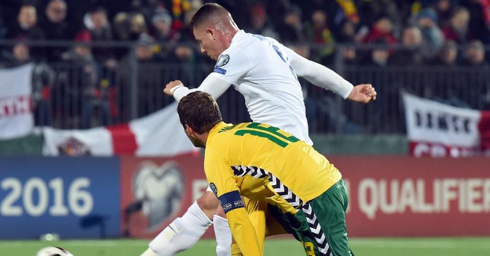 Ross Barkley arrisca de fora da área e marca golaço pela Inglaterra, contra Lituânia. Equipe é líder do grupo E e tem vaga assegurada na Euro-2016