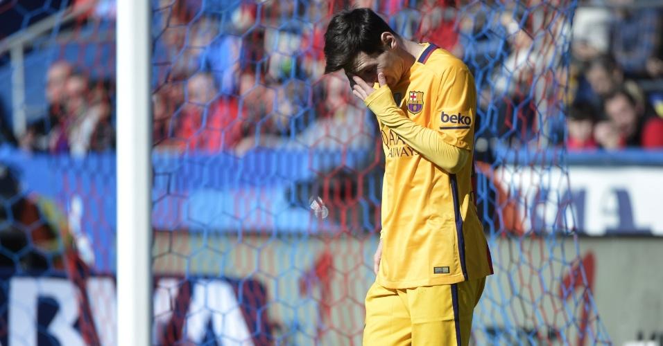 7.fev.2016 - Messi lamenta erro cometido durante a vitória por 2 a 0 do Barcelona sobre o Levante