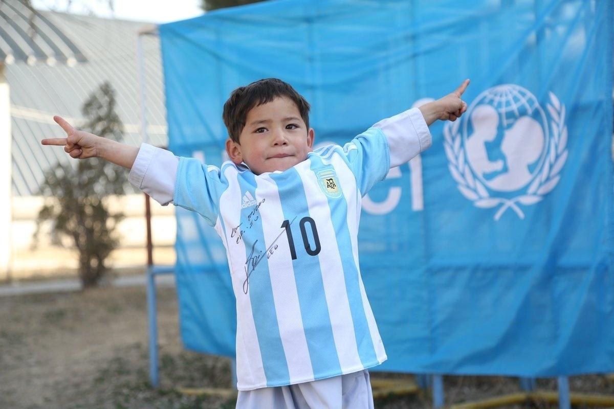 bbb546fcd3 Garoto que viralizou por usar camisa de plástico de Messi revela drama -  04 12 2018 - UOL Esporte