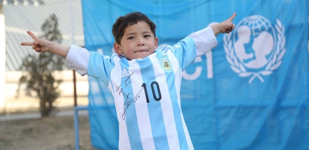 Afegão Murtaza Ahmadi exibe camisa autografada que ganhou de Lionel Messi