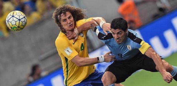 David Luiz e Suárez disputam bola no jogo entre Brasil e Uruguai