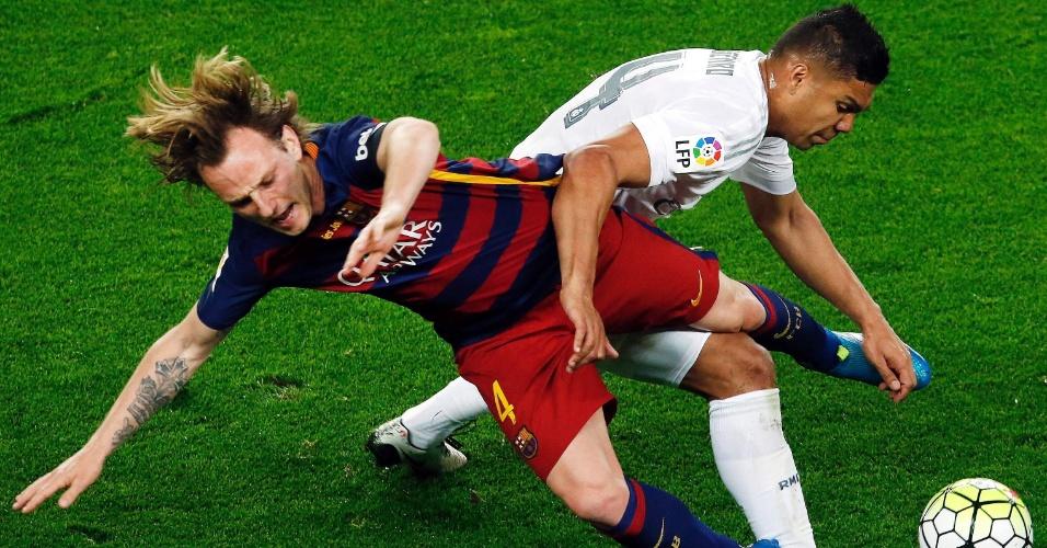 Ivan Rakitic e Casemiro disputam a bola durante o clássico entre Barcelona e Real Madrid, pelo Campeonato Espanhol