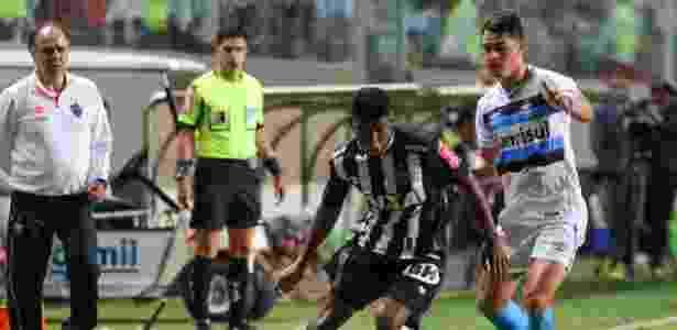 Capixaba faz jogada sob olhares de Marcelo Oliveira, técnico do Atlético-MG - Bruno Cantini/Atlético-MG - Bruno Cantini/Atlético-MG