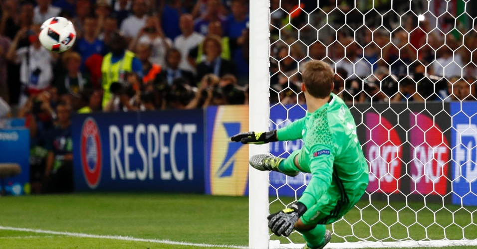 Manuel Neuer olha bola entrar em pênalti cobrado por Antoine Griezmann na partida França x Alemanha pela Eurocopa