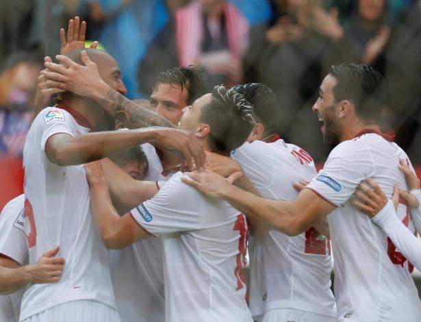Jogadores do Sevilla comemoram o gol que deu a vitória sobre o Atlético de Madri