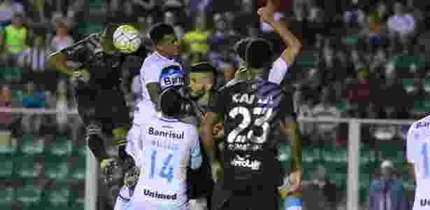 Figueirense abusa da bola aérea contra o Grêmio - Foto: Luiz Henrique/FFC - Foto: Luiz Henrique/FFC