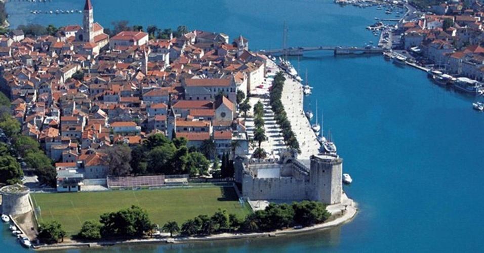 O estádio Igrali?te Batarija, na Croácia, foi construído entre dois monumentos: o castelo Kamerlengo e a torre de São Marco