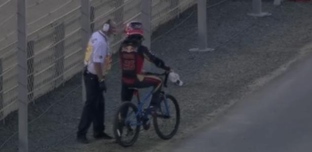 Kvyat voltando de bicicleta para os boxes - Reprodução/Twitter