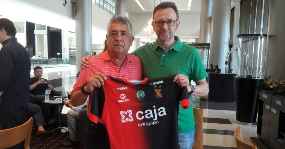 Novo presidente da Chapecoense, Maninho (dir.) recebe camisa do FBC Melgar, do Peru