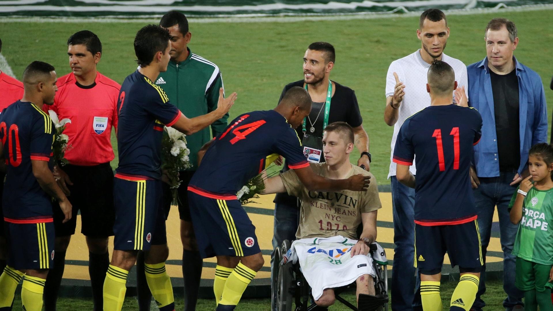 Copete, jogador colombiano do Santos, cumprimenta o goleiro Follmann