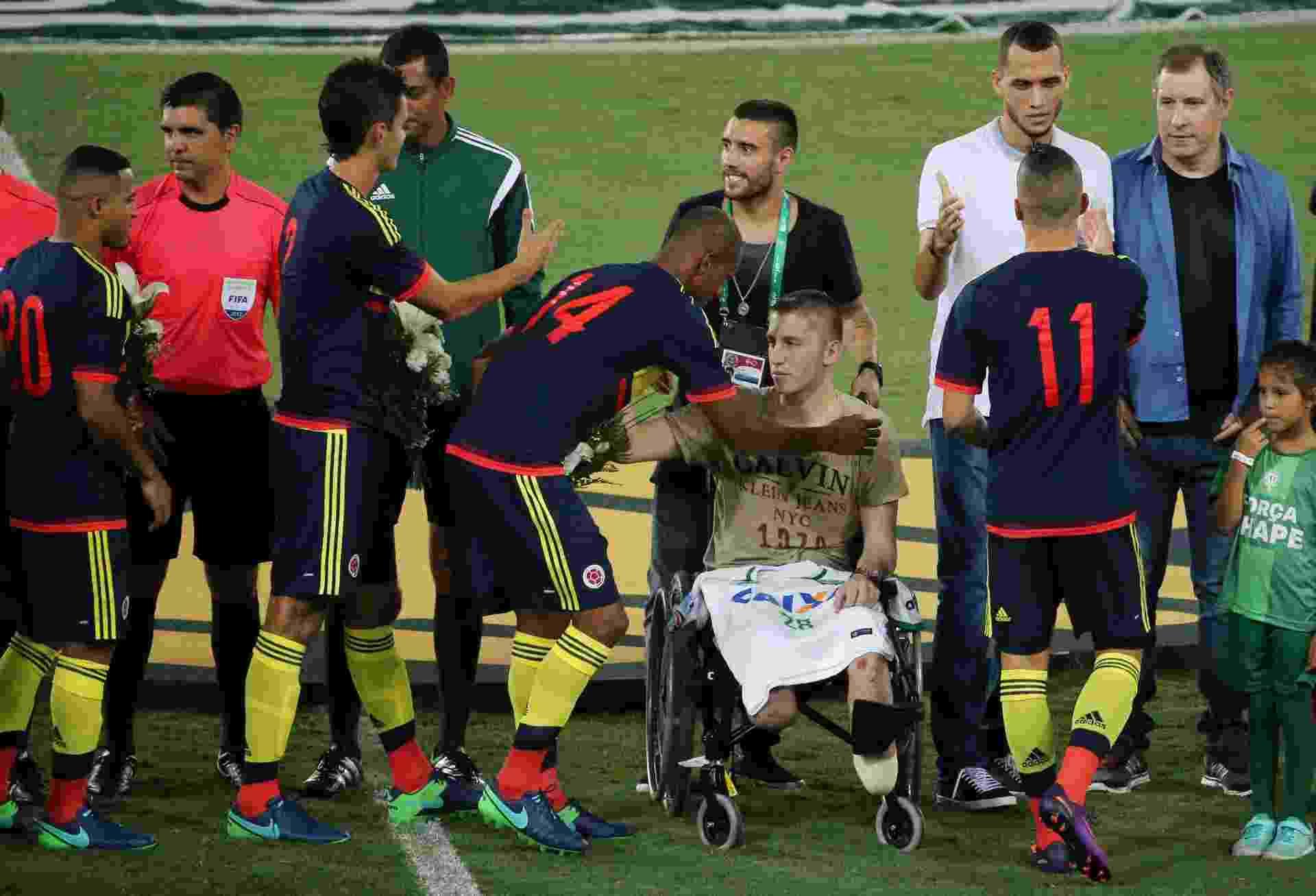 Copete, jogador colombiano do Santos, cumprimenta o goleiro Follmann - REUTERS/Sergio Moraes