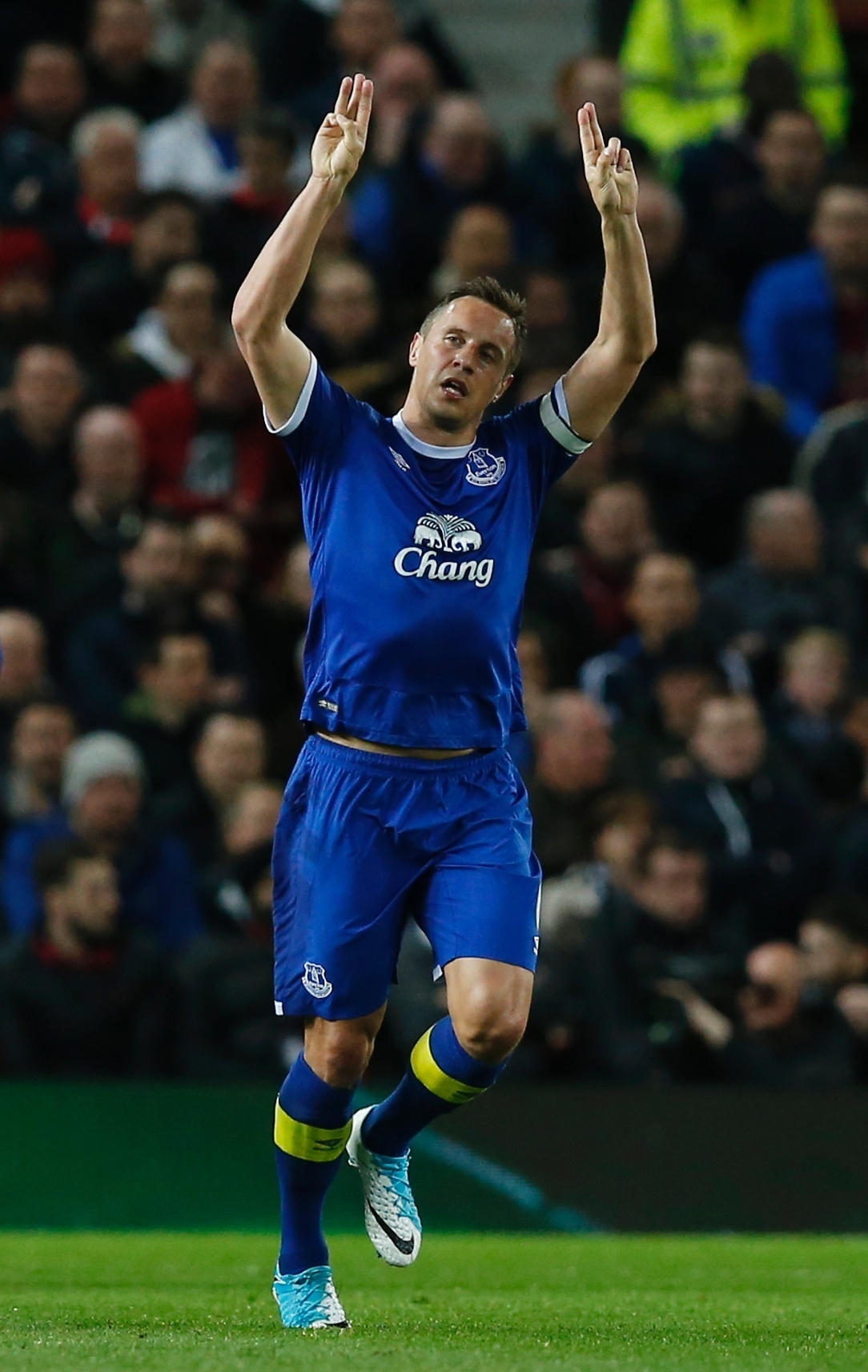 Phil Jagielka, do Everton, comemora seu gol contra o United
