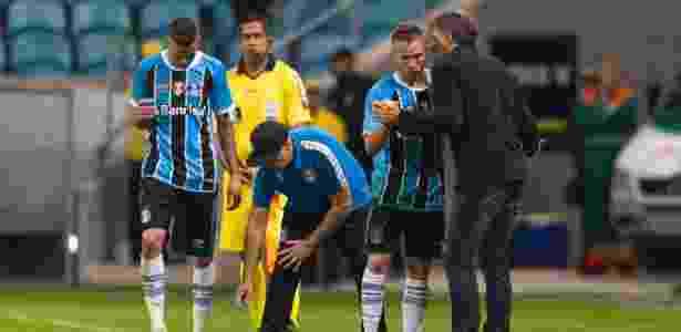 Renato Gaúcho conversa com Arthur após gol do Grêmio diante do Fluminense - Jeferson Guareze/AGIF - Jeferson Guareze/AGIF