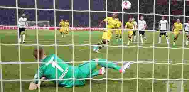 Aubameyang cobra pênalti com cavadinha - Divulgação/Borussia Dortmund - Divulgação/Borussia Dortmund