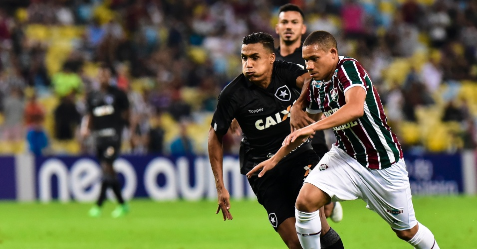 Wellington Silva tenta se livrar da marcação de Arnaldo no clássico carioca