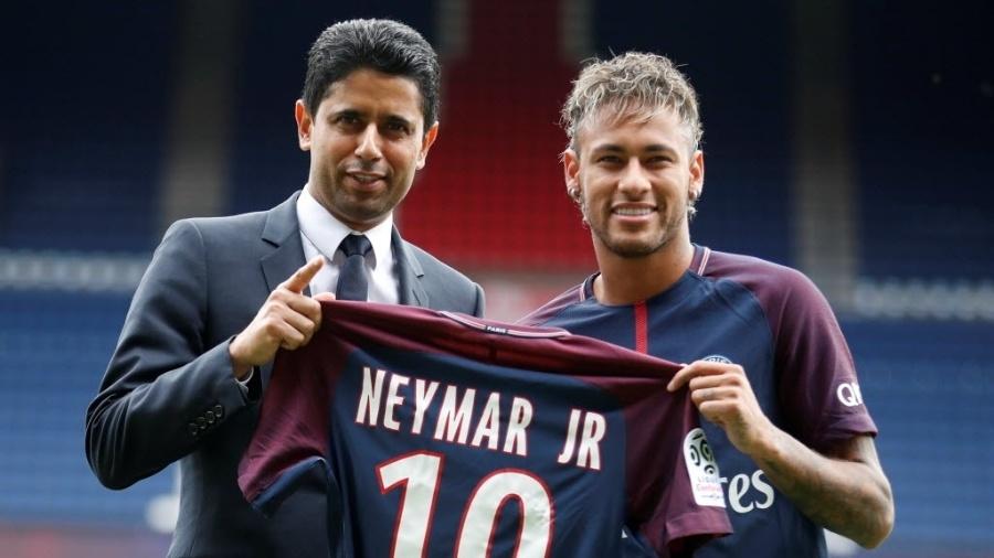Neymar exibe uniforme ao lado do mandatário do PSG, Nasser Al-Khelaifi - Reuters