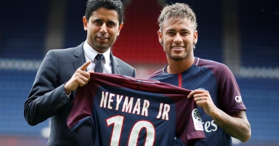 Neymar exibe uniforme ao lado do mandatário do PSG, Nasser Al-Khelaifi