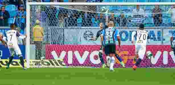 Paulo Victor defende pênalti cobrado por Robinho primeiro jogo pelo Grêmio - Lucas Uebel/Grêmio - Lucas Uebel/Grêmio