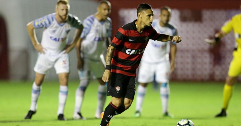 Brasileirão: Neílton perde pênalti, Avaí bate Vitória e pressiona mais o SP